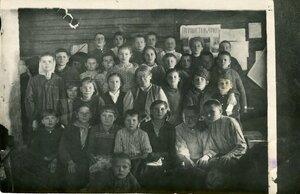 Учительница Рябчинской школы Сусанна Ивановна Шилёнкова со своими учениками. Фотография примерно 1946 года.