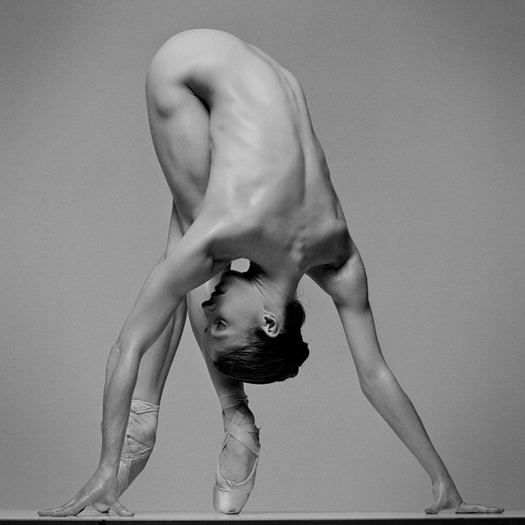 Фото обнаженных танцоров, которые излучают сумасшедшую энергетику.