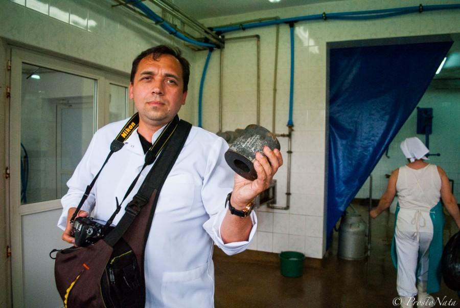 10. Цилиндры с будущим сыром выставляют на решетку, чтобы стекла лишняя сыворотка. Придавливают прес