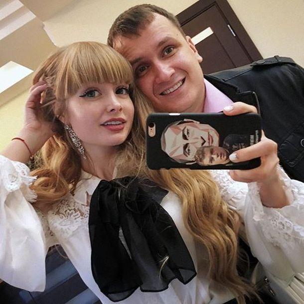 Родители 28-летней россиянки не дают ей даже одеваться самой. (10 фото)