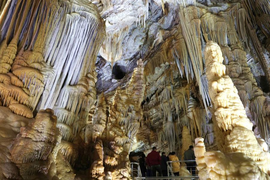 15. Известняковая пещера в уезде Синлун в провинции Хэбэй, Китай, 28 ноября 2015 года.