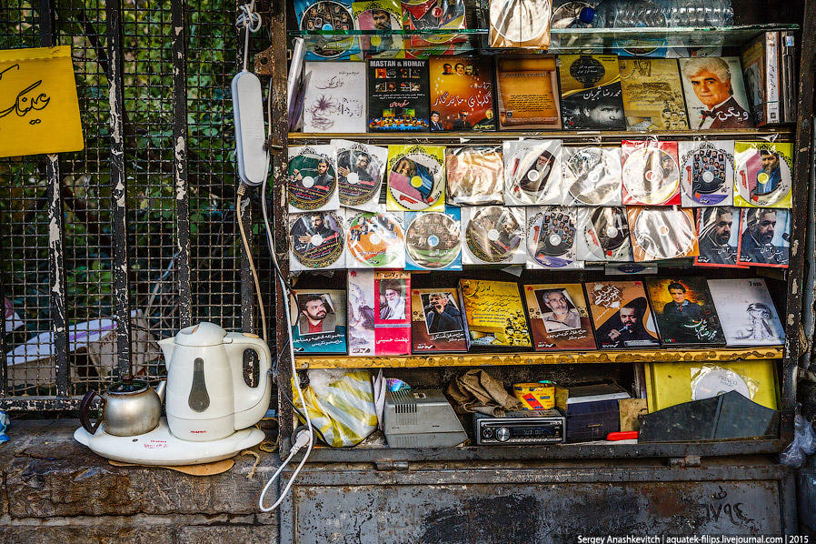 8. В Тегеране можно встретить множество лотков по продаже музыкальных и игровых CD, фильмов на DVD,