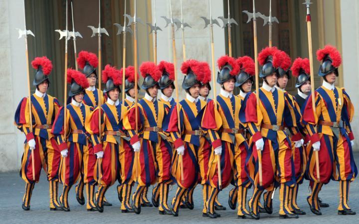 5. Папа имеет личную армию, которая очень забавно одевается. Официально она называется Папской швейц