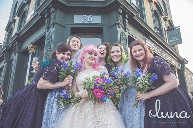 SMMщик книжного магазина женился благодаря шутке о покемонах (4 фото)