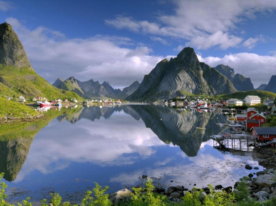 Рейне— рыбацкая деревня наживописном арктическом полуострове Москенес. Здесь проживает только 329