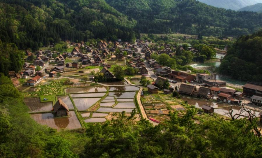 Сиракава-го— маленькое традиционное поселение, известное своими островерхими крышами, приспособленн