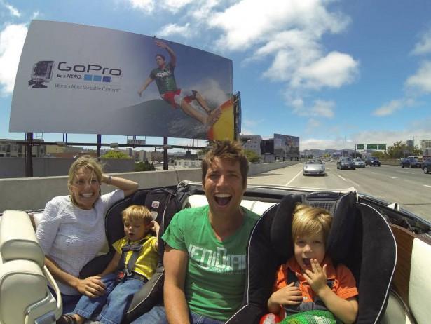 «Я, снова я и семья»: Ник, Джилл и два старших сына сделали себяшку на фоне билборда с Ником