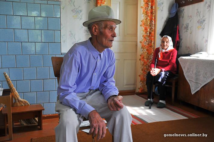 — Нам столько не надо, больше половины внукам отдаем, — говорит ветеран. — В магаз