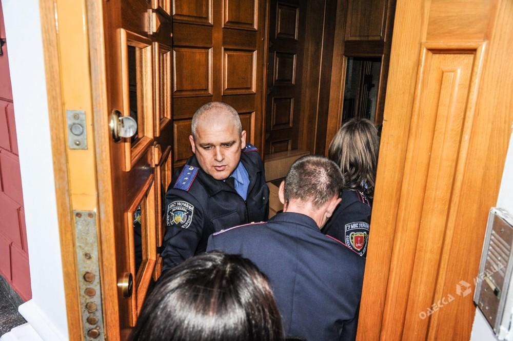 Под Одесской мэрией подрались активисты «антитрухановского майдана» иработники муниципальной охраны
