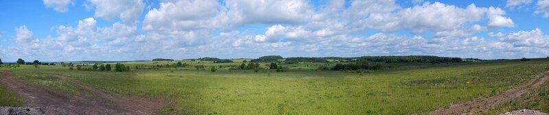 Панорама пейзажа окрестностей известнякового карьера у деревни Мокино