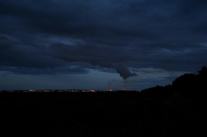 ночной вид на Мордор: Огни и трубы Кирово-Чепецкого химзавода и воронковидное облако над ними