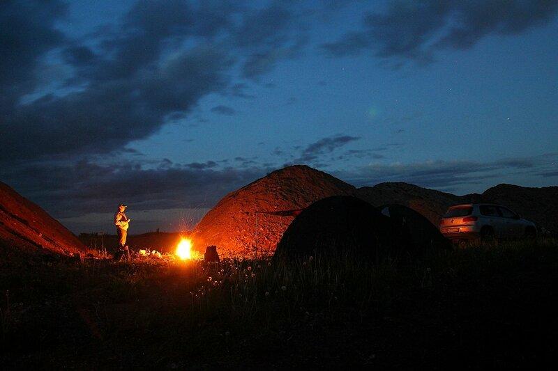 Ночной костёр меж двух холмов и силуэт палатки