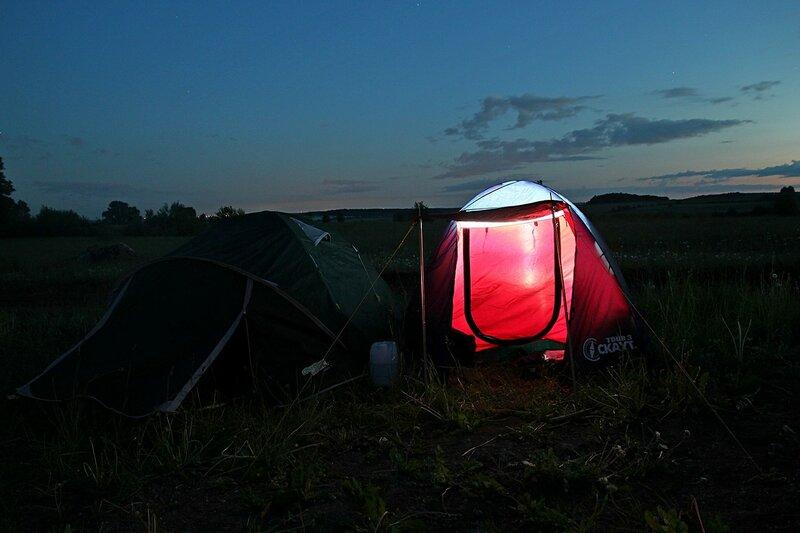 две палатки в ночи