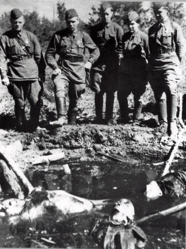 Красноармейцы у воронки с убитыми советскими солдатами. 09-10.41.jpg