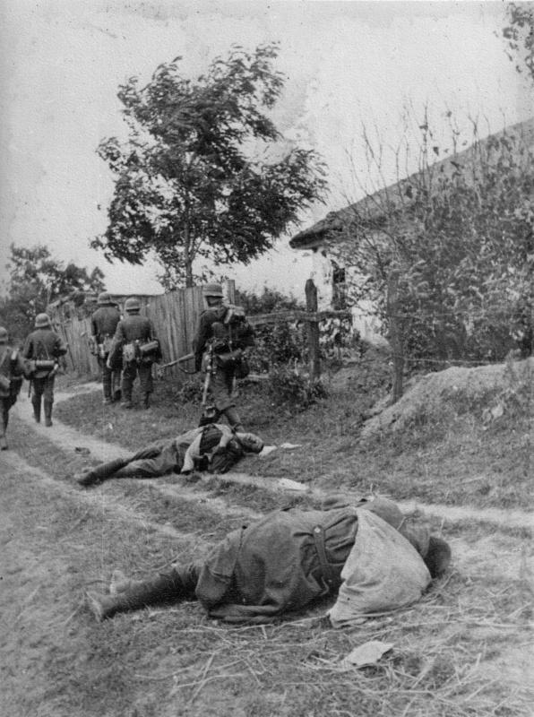 Нем. солдаты прошли мимо убитых красноармейцев, входя в укр. деревню. 09.41.jpg