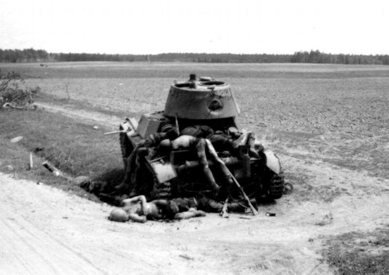 ОТ-133 (огнеметный танк на базе Т-26) и погибшие солдаты Красной Армии. 41.jpg