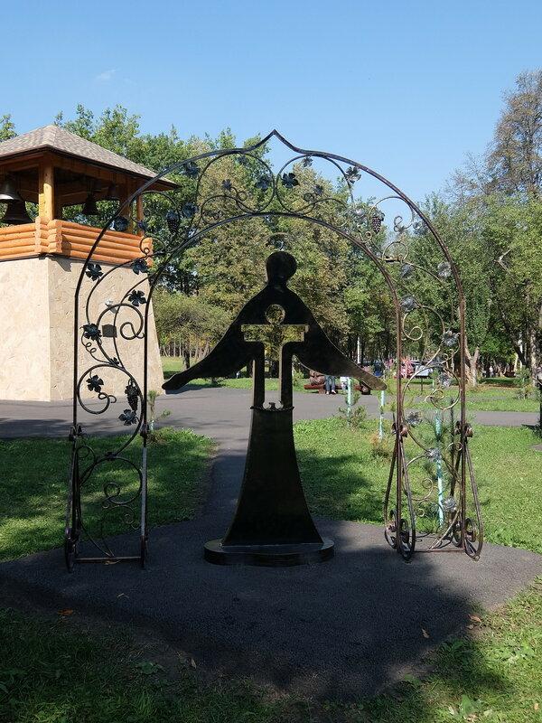 Зенковский парк - Скульптура перед звонницей