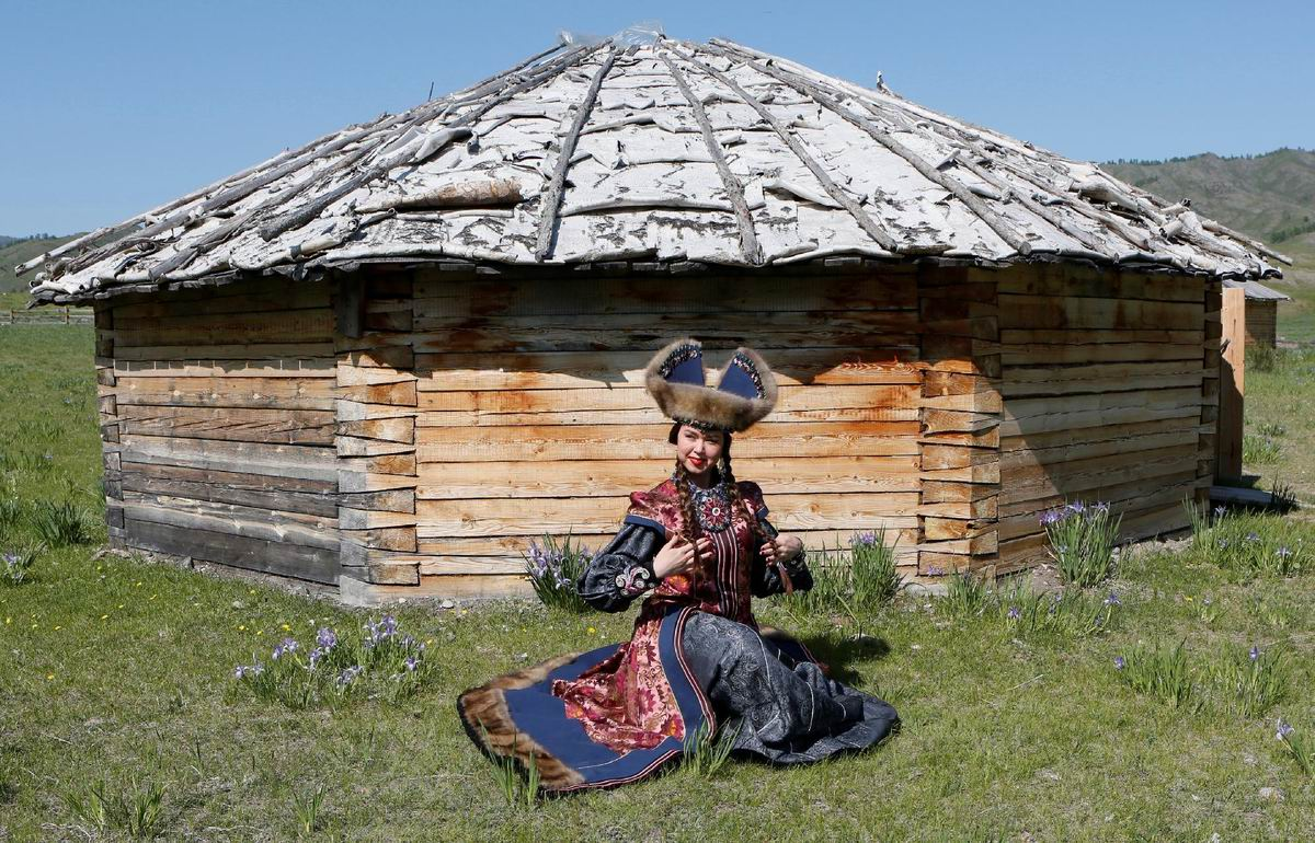 Перед своей деревянной юртой: Хакасская красавица в национальном костюме