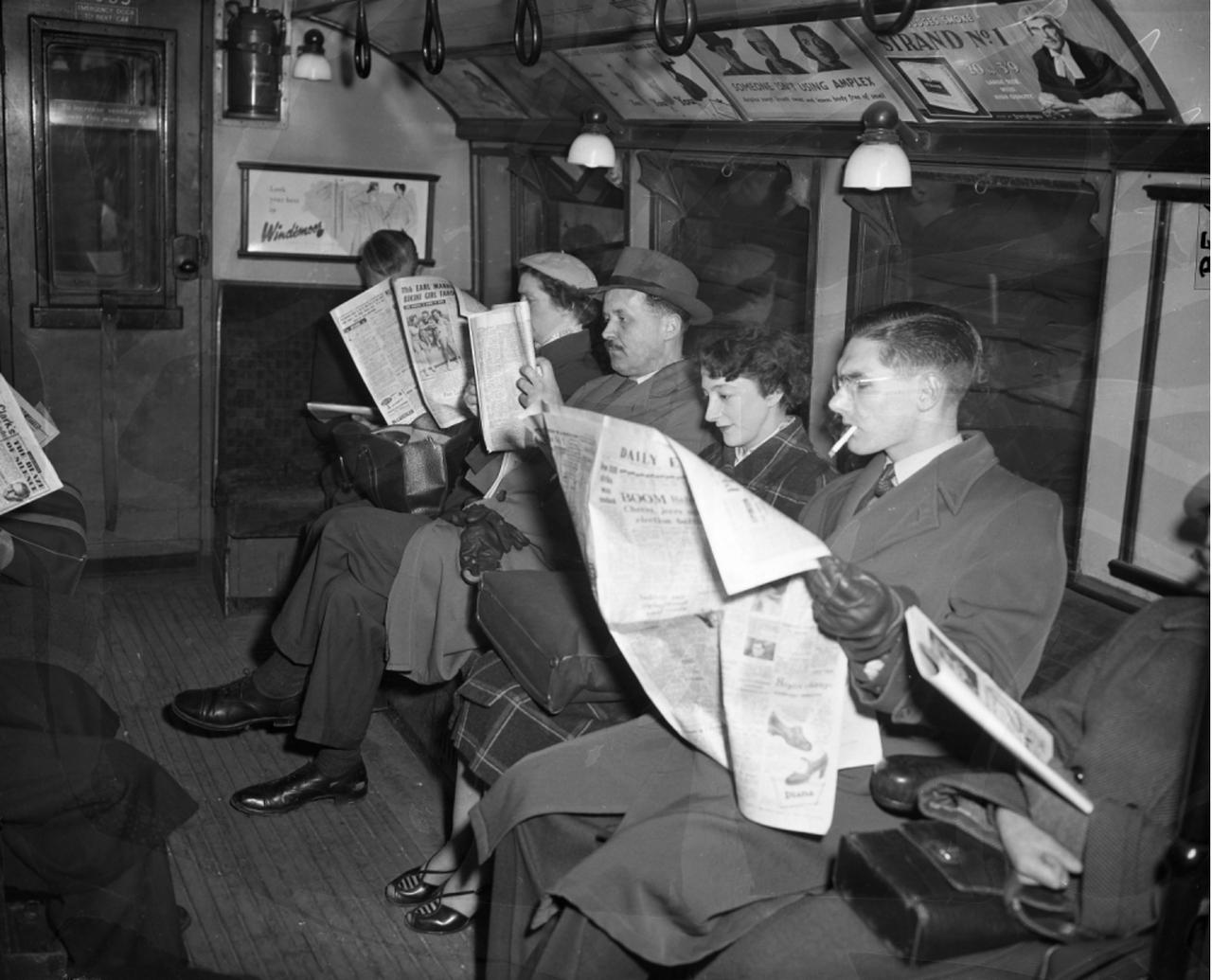 1955. Пассажиры Лондонского метро. 21 апреля