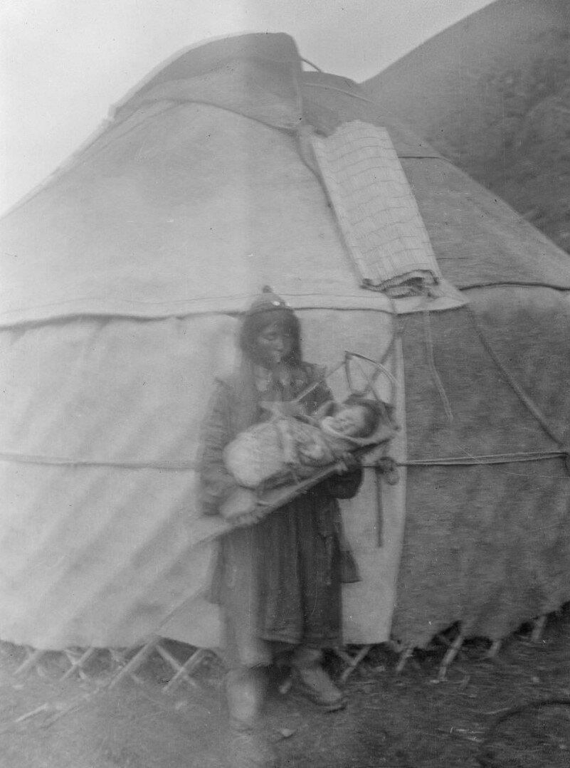 Окрестности Жыргалана. Калмычка с ребенком возле юрты