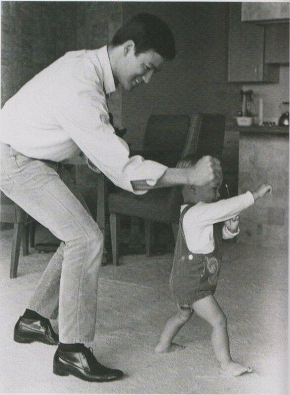 Брюс Ли играет со своим сыном Брэндоном