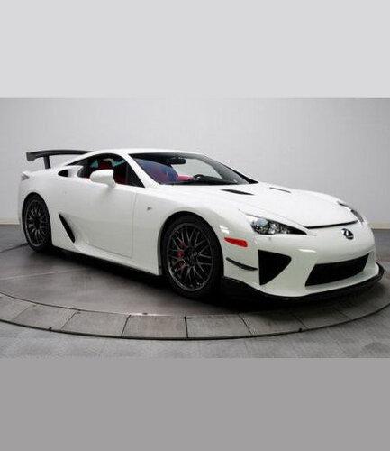 Lexus вывел в свет белую новинку