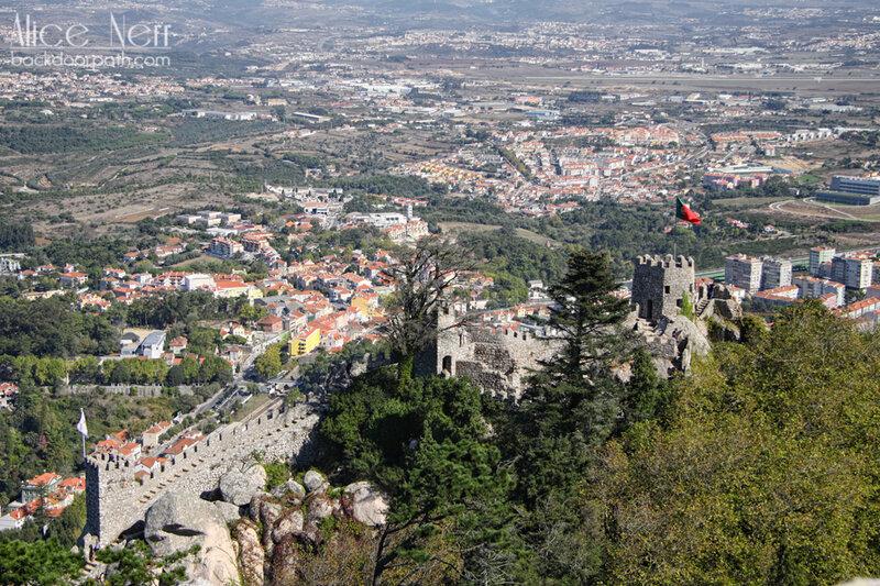 вид со стен замка мавров, синтра, португалия