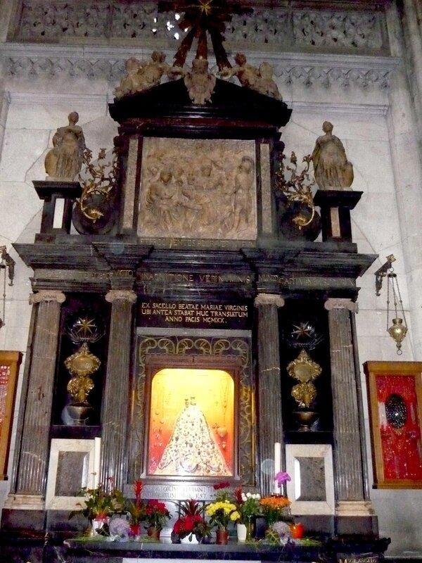 Picture 146.jpgГлавное богатство собора — золотая гробница с останками волхвов (Ларь трех волхвов), украшенная тысячами драгоценных камней и жемчужин. Эта самая ценная реликвия расположена в самом центре собора и ежегодно привлекает огромное количество па