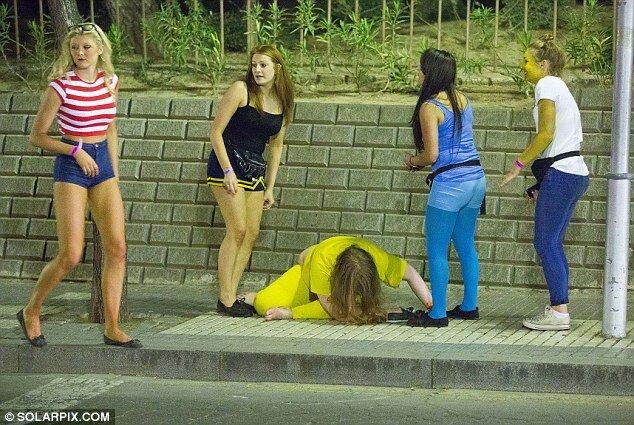 """Как развлекаются британские студенты на курорте """"Салоу"""""""