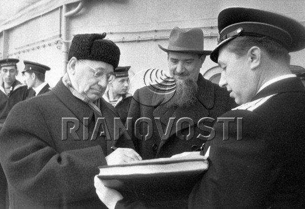 5094 17.03.1956 Академики Игорь Васильевич Курчатов (в центре) и Андрей Николаевич Туполев (слева) на борту крейсера