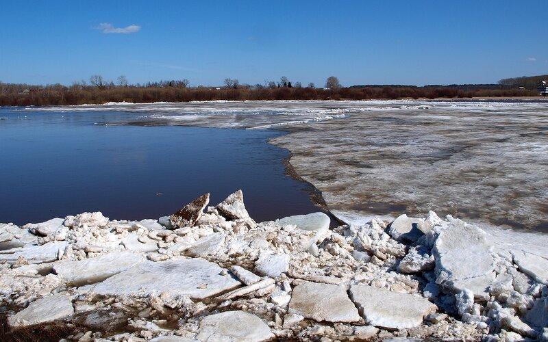 ледяные торосы и льдина на Вятке P4201991