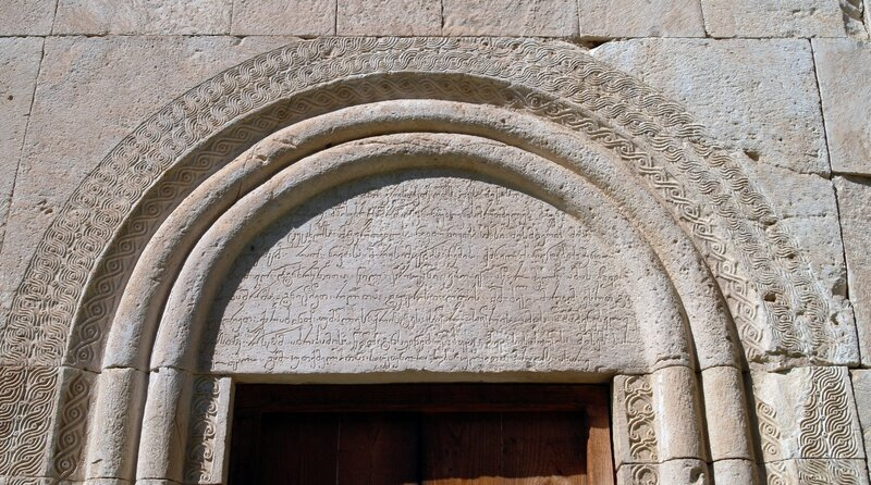 Резьба над южным входом в церковь Баракони