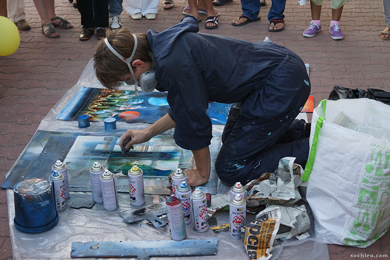 уличные художники на набережной