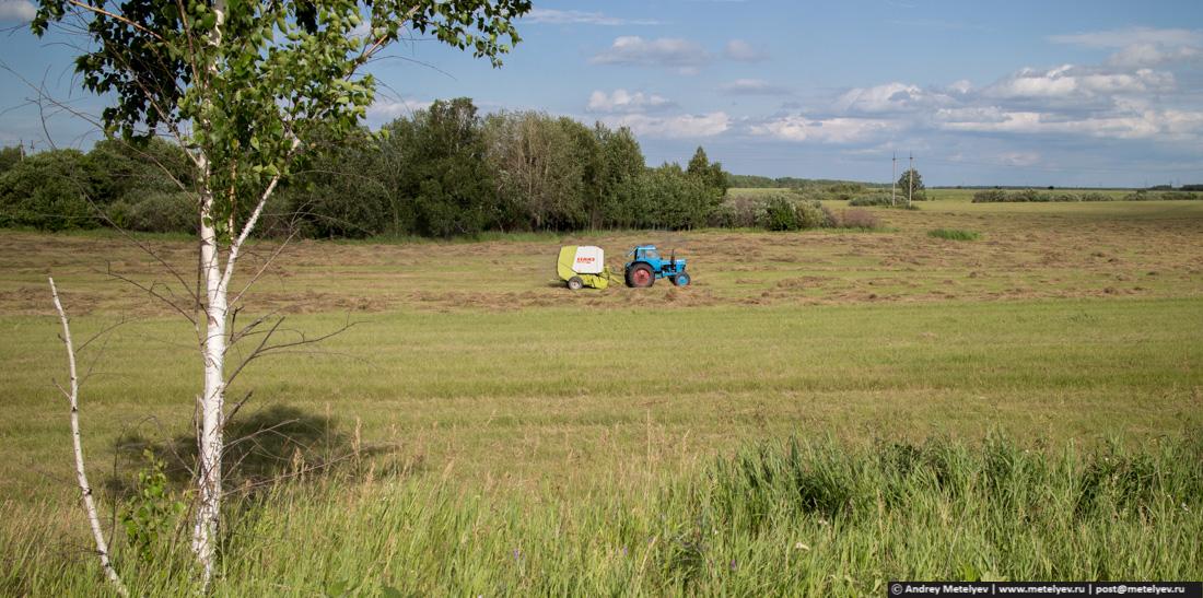 Одинокий трактор работает на поле