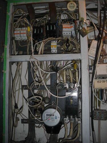 Фото 4. Установка проводов АПВ 1 в обход неисправного участка электроустановки (до вводного автомата квартиры) с диагностической целью. Общий вид.