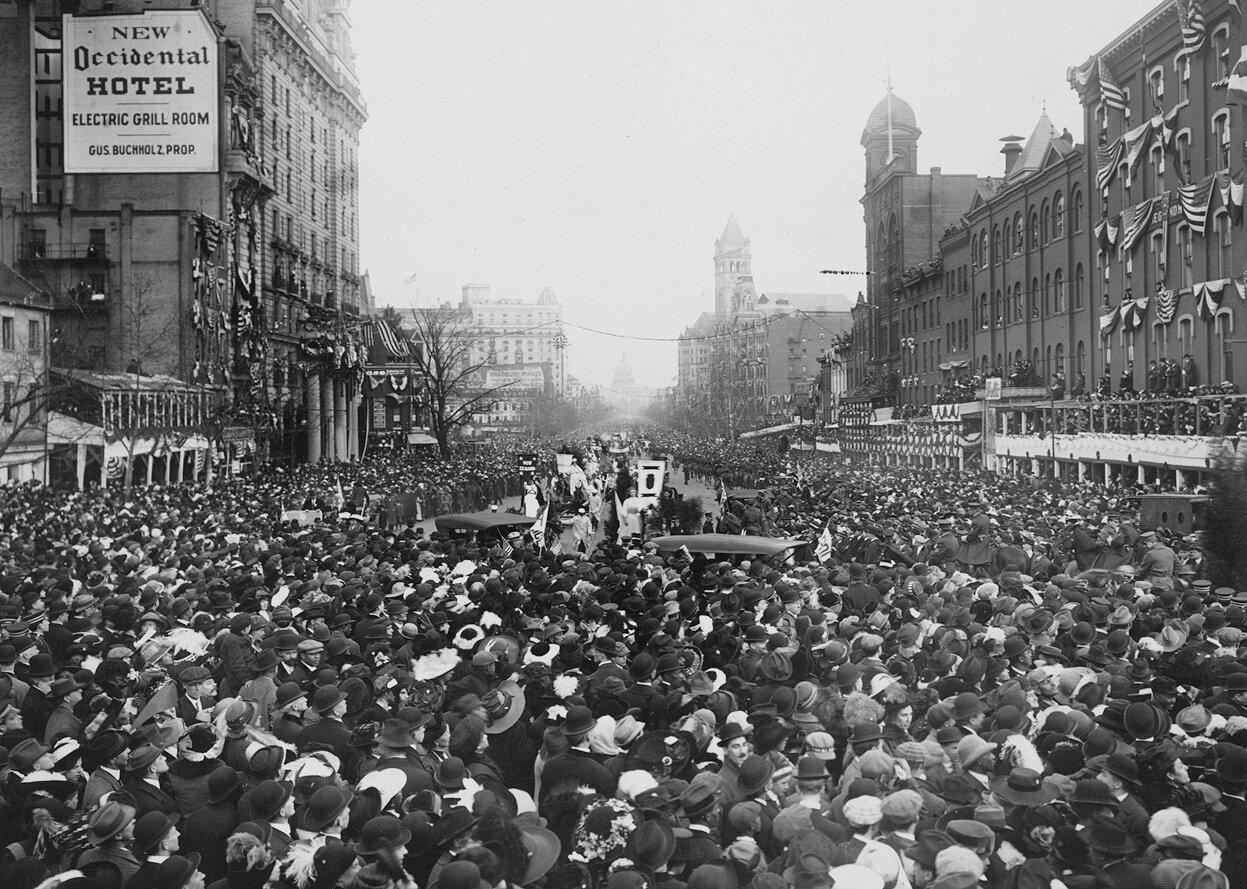 Толпа окружает демонстрантов, блокируя им путь во время парада 3 Марта 1913 г.