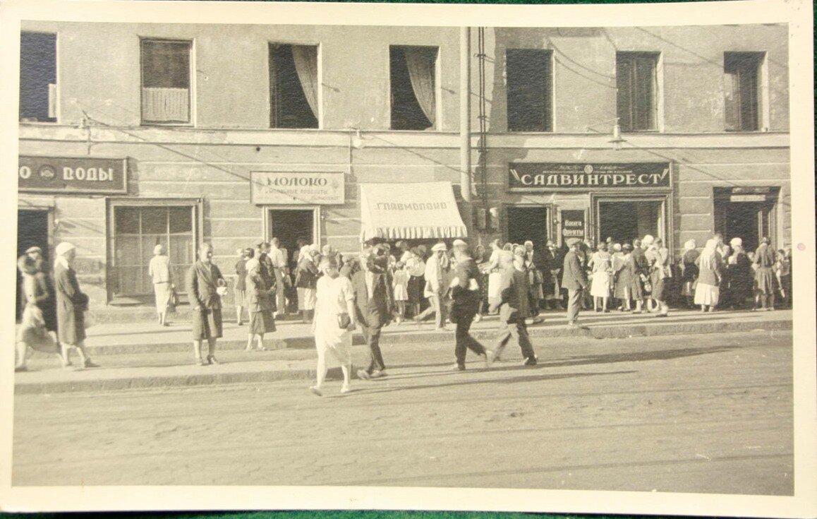 Уличная сцена на  проспекте 25 октября