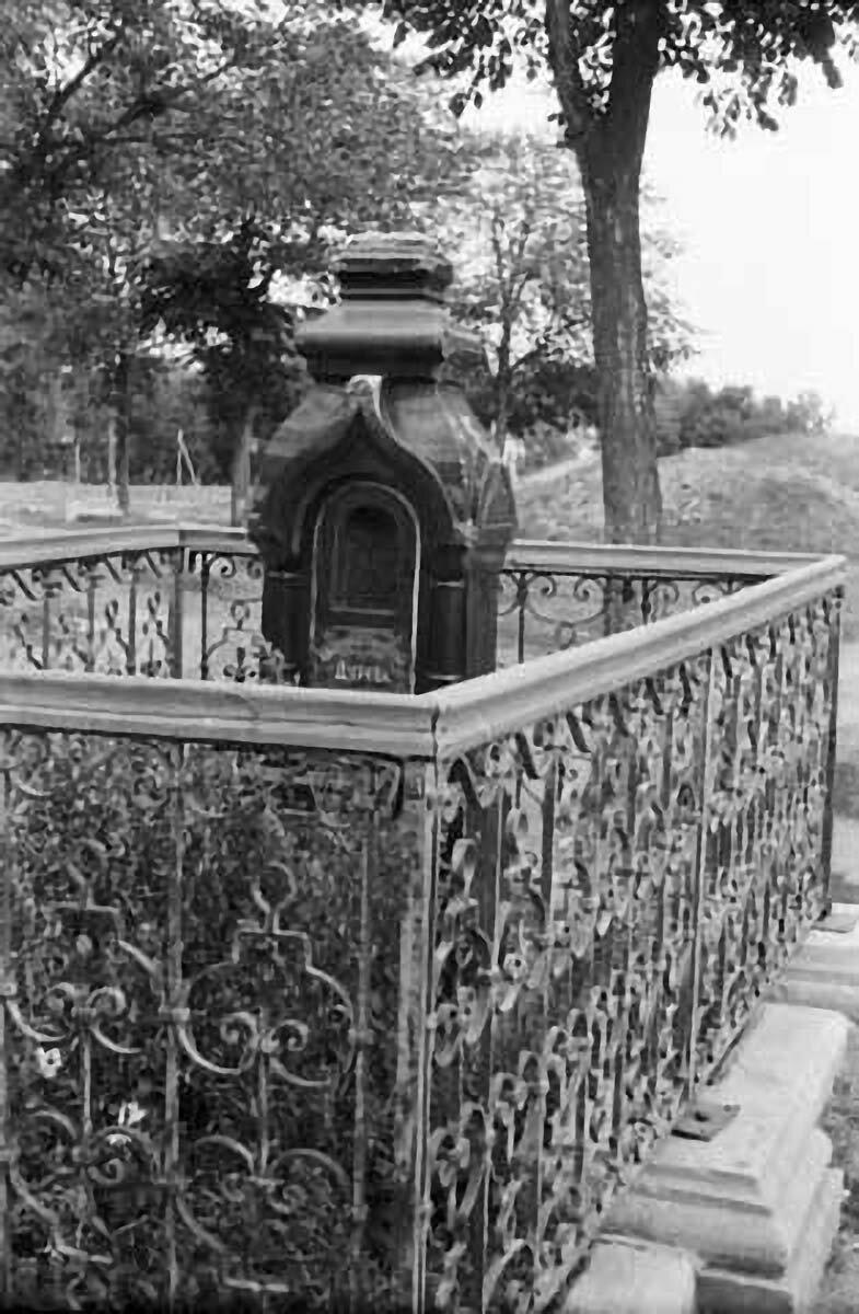 Могила Надежды Андреевны Дуровой на Троицком кладбище.