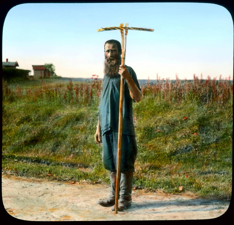 Человек с граблями в деревне под Ленинградом
