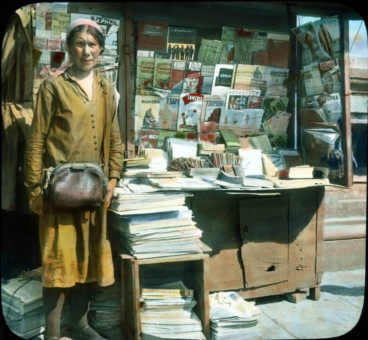 Москва. Уличная торговка возле газетного киоска