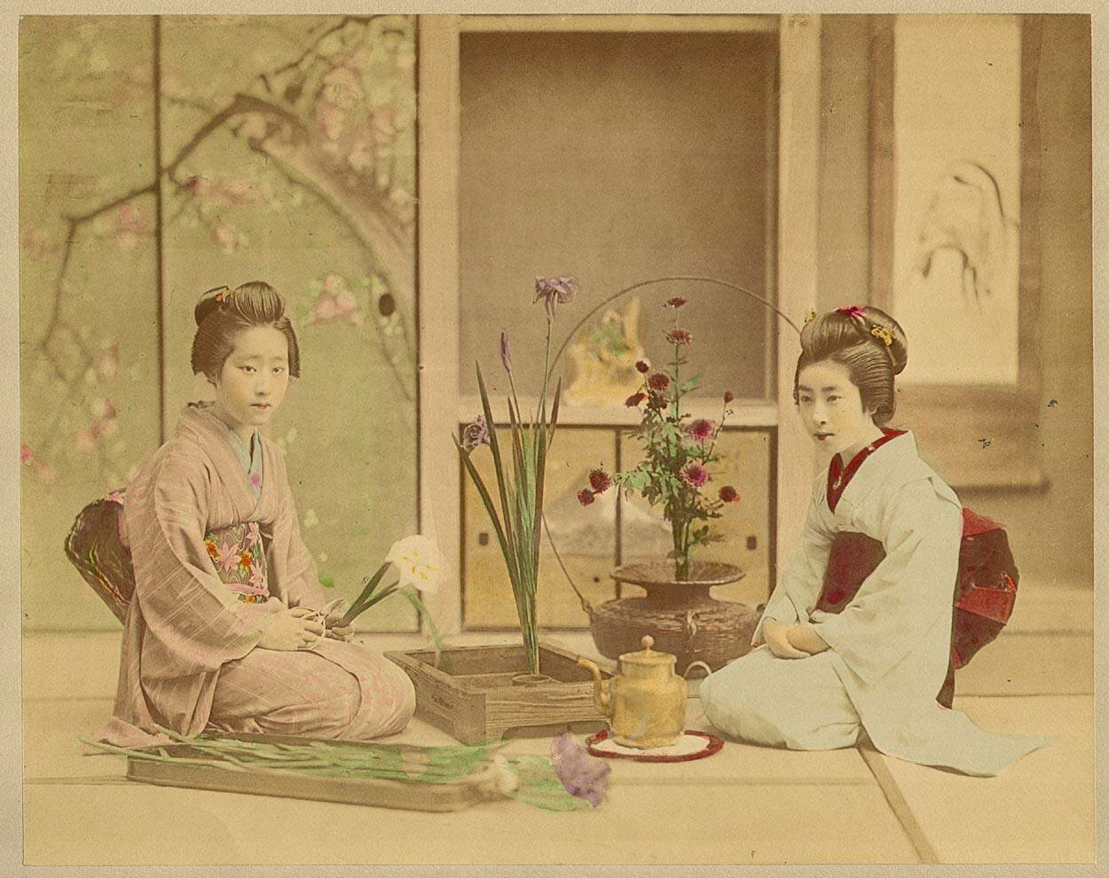 Женщины, собирающие цветы в букет