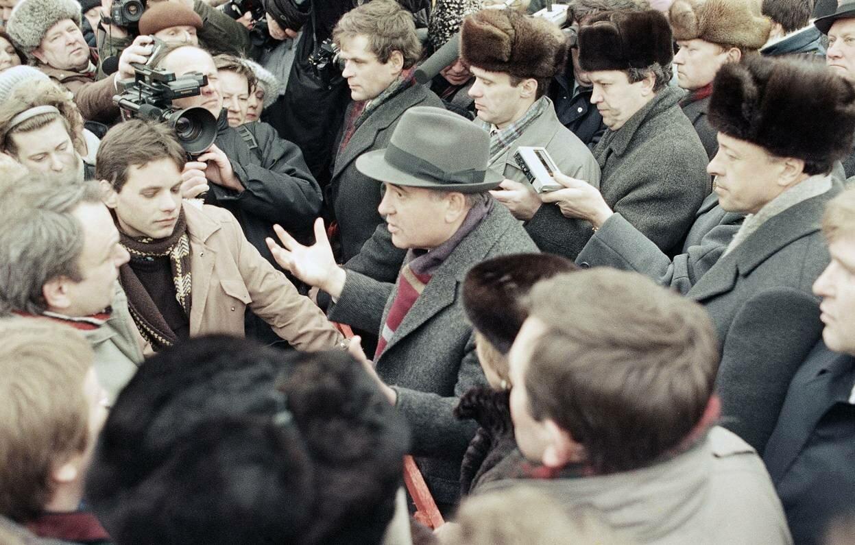11 января 1990. Президент СССР Михаил Горбачев общается с жителями Вильнюса, Литва