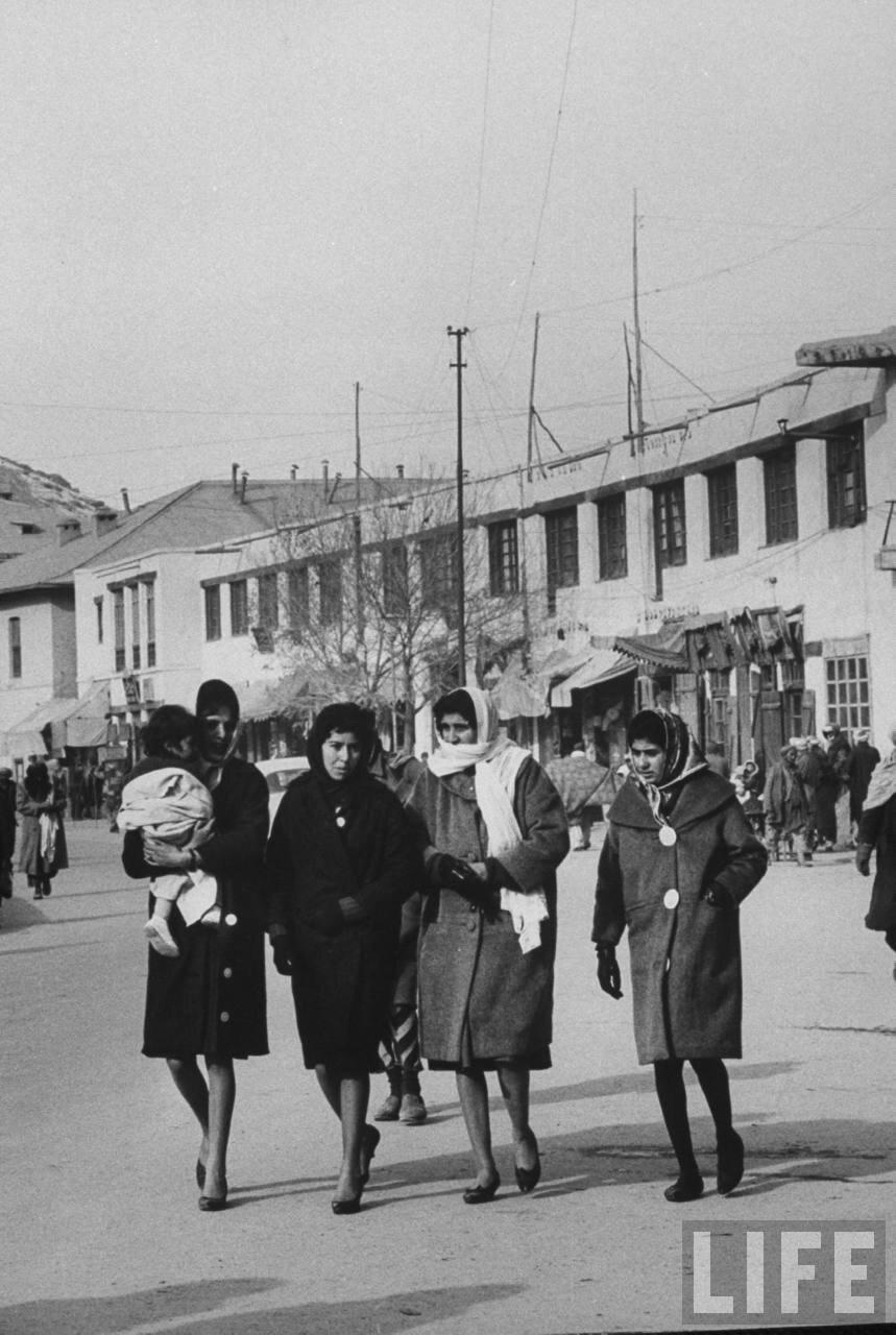 Женщины в Кабуле, ставшие более независимыми от шариатского принуждения, что является признаком модернизации страны в течение последних 5 или 6 лет