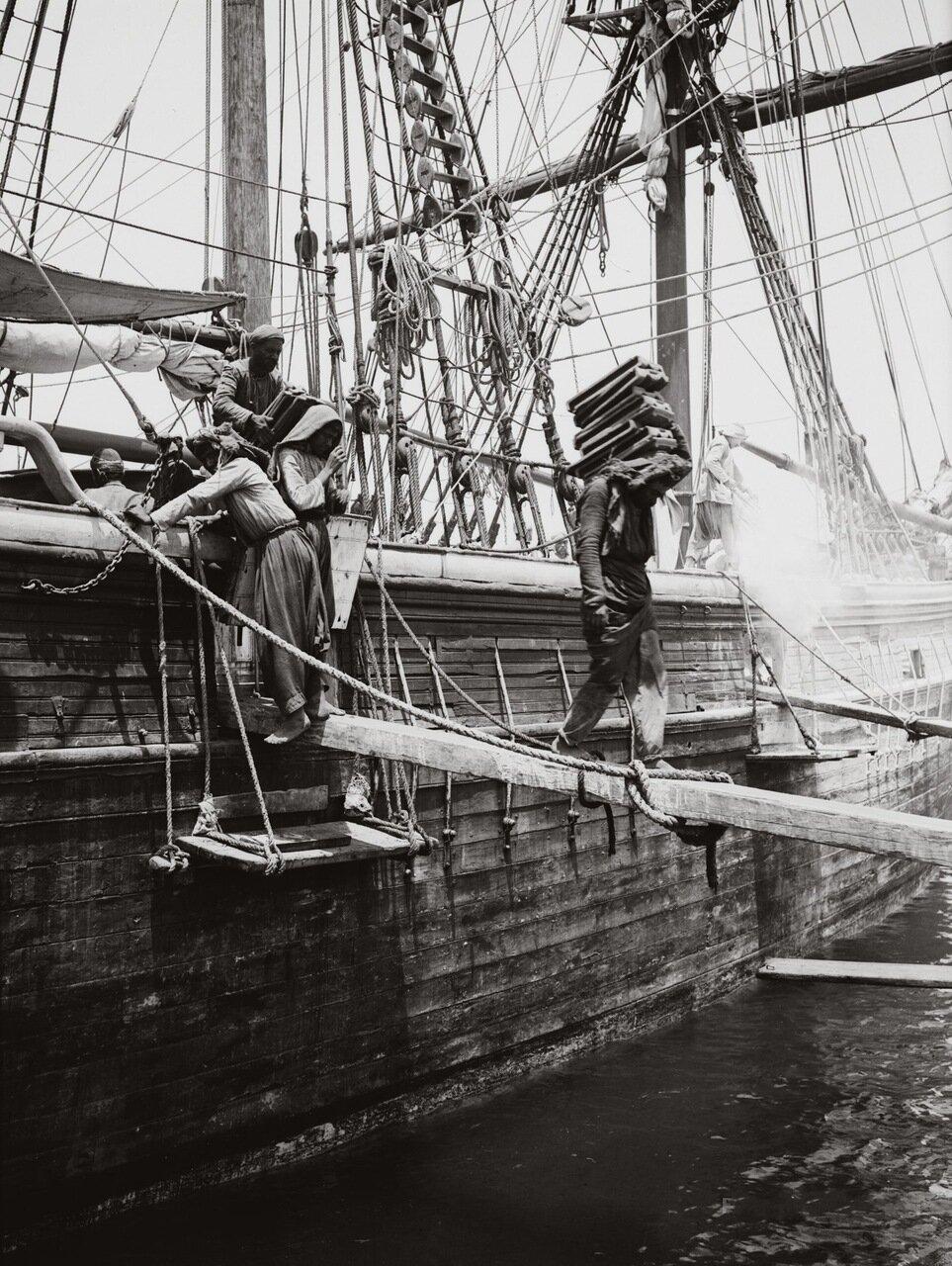 Разгрузка судна в порту. Бейрут, Ливан. 1900-1920 гг.