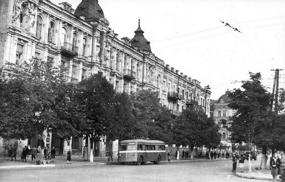1945.09. Троллейбус на улице Ленина (теперь Богдана Хмельницкого)