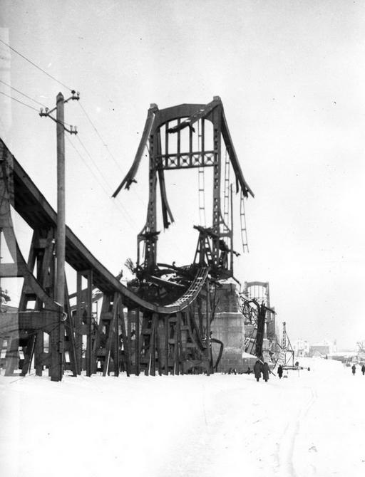 1943-1944. Фото: Давидзон Я.Б. Руины моста имени Евгении Бош