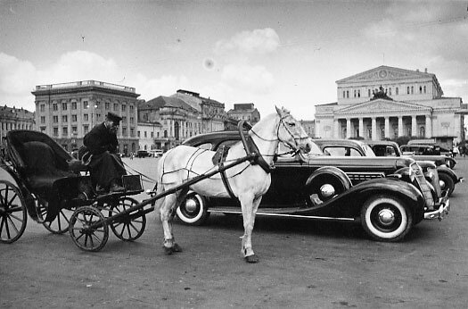Taxis and a coachman on Sverdlov Square, 1935. Photo by Arkady Shaikhet