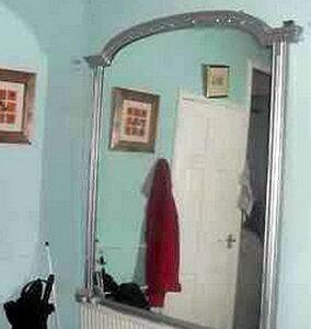 Двое британцев выставили на аукцион «одержимое» зеркало