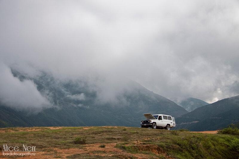 погода для полетов не ахти, горы, машина, облака