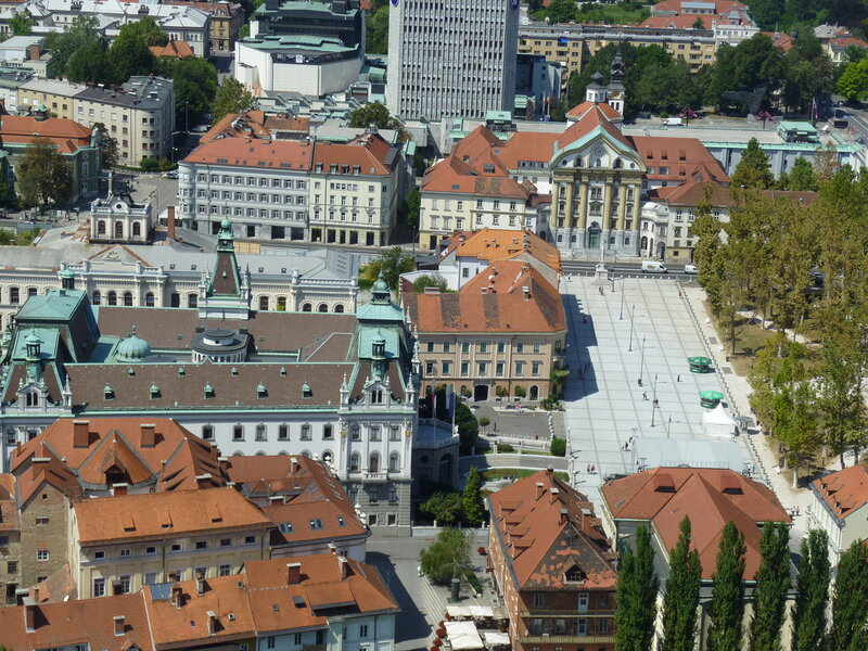 Вид с замка на Университет - здание с башенками справа